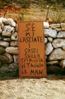 Messaggio esplicito a Cala Pisana  - Lampedusa (3219 clic)