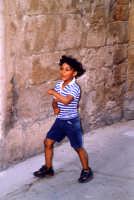 Alcuni bambini giocavano a nascondino nei pressi del vecchio palazzo ebreo.  - Trapani (3847 clic)