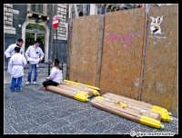 Festa di S.Agata 2005 - Devoti riposano durante il trasporto degli enormi ceri da offrire alla Santuzza.  - Catania (5437 clic)