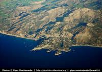 Veduta aerea del promontorio di Taormina con l'Isola Bella e della costa di Giardini Naxos  - Taormina (5775 clic)