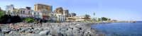 Pausa pranzo... - Panorama composito - Spiaggetta di S.Giovanni li Cuti, aprile 2004  - Catania (4219 clic)