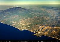 Veduta aerea del tratto di costa da Taorimina fino a Fondachello. Sono riconoscibili l'Etna fumante durante l'eruzione del Luglio 2006, la spiaggia di Giardini Naxos e il promontorio di Taormina con l'Isola Bella.  - Taormina (5421 clic)