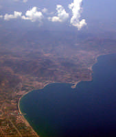 Il cordone sabbioso ed i laghetti di Tindari dall'aereo.  - Tindari (11558 clic)