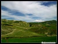 Etna innevato. Paesaggio delle campagne nei pressi di Regalbuto, Marzo 2005.  - Etna (2400 clic)