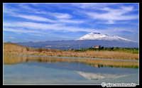 Etna innevato. Paesaggio del fiume Simeto nei pressi di Ponte Barca, Paternò, Marzo 2005.  - Etna (3329 clic)