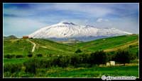 Etna innevato. Paesaggio delle campagne nei pressi di Catenanuova, Marzo 2005.  - Etna (10475 clic)
