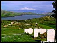 Etna innevato. Paesaggio delle campagne nei pressi di Agira. Si vede il Lago Pozzillo e il paese di Regalbuto. La foto è scattata dal cimitero canadese della II Guerra Mondiale nel mese di Marzo 2005.  - Etna (3469 clic)