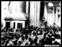 Festa di S.Agata 2005 - L'uscita della Santuzza dal Duomo il giorno 5 febbraio... immersa in una folla di devoti (prova di panning in digitale)  - Catania (2384 clic)