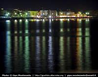 Panorama notturno della cittadina di Acitrezza ripreso dalla terrazza sul mare del paese di Acicastello  - Aci trezza (2337 clic)