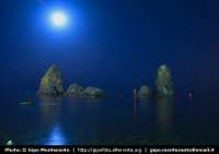 Panorama notturno dei Faraglioni  - Aci trezza (2475 clic)