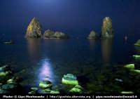 Panorama notturno dei Faraglioni  - Aci trezza (2380 clic)