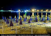 La spiaggia di notte in attesa di accogliere una nuova giornata con i turisti.  - Giardini naxos (6614 clic)