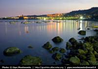 Panorama notturno della costa e del paesino di Acicastello  - Aci trezza (1643 clic)