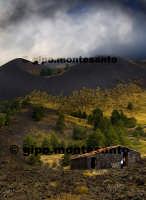 Rifugio nei pressi di Monte Nero degli Zappini, ottobre 2005  - Etna (2612 clic)