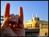 Quelle strane antenne sul palazzo di fronte... mi ricordano qualcosina...  - Catania (2152 clic)