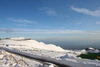 Da rifugio Sapienza panorama sull'etna innevata...a sinistra uno dei crateri Silvestri.   - Etna (12855 clic)