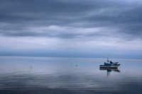 Tra marsala e l'isola di Mozia barche su un mare piatto sotto un cielo grigio.  - Marsala (1208 clic)