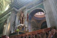 La statua del cristo risorto alzata dai portatori nella chiesa di Santa Maria La Nova prima dell'inizio della processione   - Scicli (5073 clic)