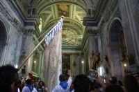 Lo stendardo di fronte alla statua del gioia  SCICLI Giulio Miceli