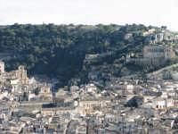 Panorama della città di scicli. Sul colle la chiesa abbandonata di San Matteo, sulla sinistra le chiese della Consolazione e di Santa Maria La Nova.  - Scicli (2533 clic)