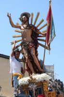 Riparazione, durante la festa, di uno dei raggi della statua rotto nell'uscire il gioia dalla chiesa
