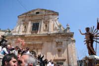 Lancio di petali alla statua del Gioia di fronte alla chiesa della consolazione  - Scicli (4016 clic)
