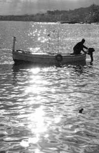 backlight boat b&w  - Giardini naxos (3716 clic)