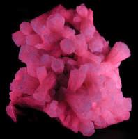 MINERALE  PROVENIENTE DALLE MINIERE di CIANCIANA (AG). ESPOSTO A NEW JORK NEL THOMAS S.WARREN MUSEUM of Fluorescence 30 Plant St. Ogdensburg, NEW JORK 07439 USA   http://sterlinghill.org/warren/index.htm  CIANCIANA, Sicily, Italy.  crystals.   A fluorescent classic.  Fine crystal groups of Sicilian aragonite grace many mineral.   DEDICO LA FOTO A MIO NONNO ARCANGELO MILILLO CHE, LAVORANDO IN MINIERA A CIANCIANA, E' MORTO DI SILICOSI DOPO AVER LOTTATO INVANO PER LA SUA CAUSA DI LAVORO. <  - Cianciana (5321 clic)