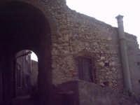 Vecchia abitazione con l'arco, elemento architettonico molto diffuso nel paese.  - Roccavaldina (5578 clic)