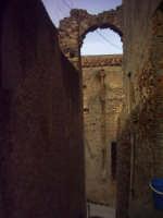 Vicolo stretto, un arco che timidamente rimane sulle mura.  - Roccavaldina (5489 clic)