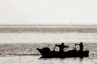 Pescatori che praticano una pesca istantanea con una rete chiamata in dialetto buliatina   - Fiumefreddo di sicilia (4189 clic)
