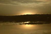 Fascia di nuvole copre un bellissimo sole al tramonto  - Venetico (4714 clic)