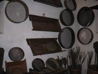 ..da antica civilta contadina .. setacci forconi e madie  - Bronte (7059 clic)