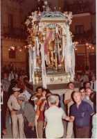 Festa di San Sebastiano 1981 - i portatori si preparano ad affrontare di corsa la difficile e tradizionale scalinata di via San Carlo   - Motta d'affermo (8436 clic)