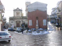 la Piazza San Rocco e il monumento ai caduti innevati  - Motta d'affermo (11761 clic)