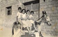 anni 50 - passeggiata in groppa all'asino   - Motta d'affermo (12017 clic)