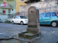 la vecchia fontanella costruita nel 1887 troneggia fiera col suo prestigioso stemma in una strada del popolare quartiere Guadagna di Palermo  - Palermo (3482 clic)