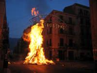Enorme catasta di legni in fumo tradizioni che scompaiono a Palermo I VAMPI DI SAN GIUSEPPE  PALE
