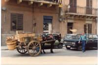 1988 - vecchio ambulante venditore di frutta e verdura con carrettino siciliano decorato con le gesta dei due paladini Orlando e Rinaldo che si sfidano all'ultimo sangue  - Palermo (5369 clic)