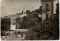 una foto della piazza principale del paese anni '50 Oggi, a posto della Chiesa di San Luca c'è la casa comunale  - Motta d'affermo (6055 clic)