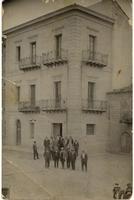 vecchia taverna anni 40 - foto di gruppo in piazza davanti al bar, anzi davanti la taverna  - Motta d'affermo (6329 clic)