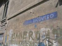 I segni dell'ultima guerra: a mt 80 RICOVERO (dice la scritta) quando al suono angosciante dell sire