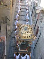 catena umana tradizionale corsa di San Sebastiano con i portatori impegnati nella durissima salita di San Carlo che affrontano creando una vera catena umana  - Motta d'affermo (1922 clic)