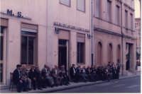 seduti davanti l'Associazione gli anziani del Paese   - Mistretta (3535 clic)