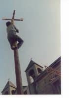 l'albero della cuccagna - lo scalatore è giunto alla fine dell'immane sforzo e pregusta il premio vinto |||||||  - Motta d'affermo (4763 clic)