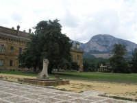 LA PALAZZINA DI CACCIA FATTA COSTRUIRE DA RE FERDINANDO DI BORBONE, RIFUGIATOSI IN SICILIA IN SEGUITO ALLA RIVOLUZIONE DI NAPOLI DEL 1799 - SULLO SFONDO LA ROCCA BUSAMBRA - IN PRIMO PIANO LA STELE IN MEMORIA DEL COLONNELLO DEI CARABINIERI GIUSEPPE RUSSO E DELL'INS. FILIPPO COSTA, ASSASSINATI IL 20 AGOSTO 1977 -  - Ficuzza (5213 clic)