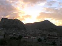 Cala il tramonto ed il sole si perde alle spalle della Rocca e del Monte Parrino  - Marineo (5032 clic)