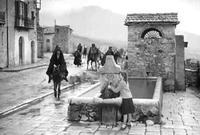 Maruzza all'abbeveratoio Tratta dal film I fuorilegge (1949) di Aldo Vergano, girato a Piana degli