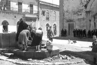 Abbeveratoio in P.za San Nicolò (1949) Immagine tratta dal film di Aldo Vergano I fuorilegge (1949), girato a Piana degli Albanesi.  - Piana degli albanesi (3679 clic)