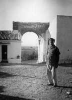 Anziano contadino in un baglio di Bosco Falconeria (agosto 1966)  - Alcamo (5351 clic)